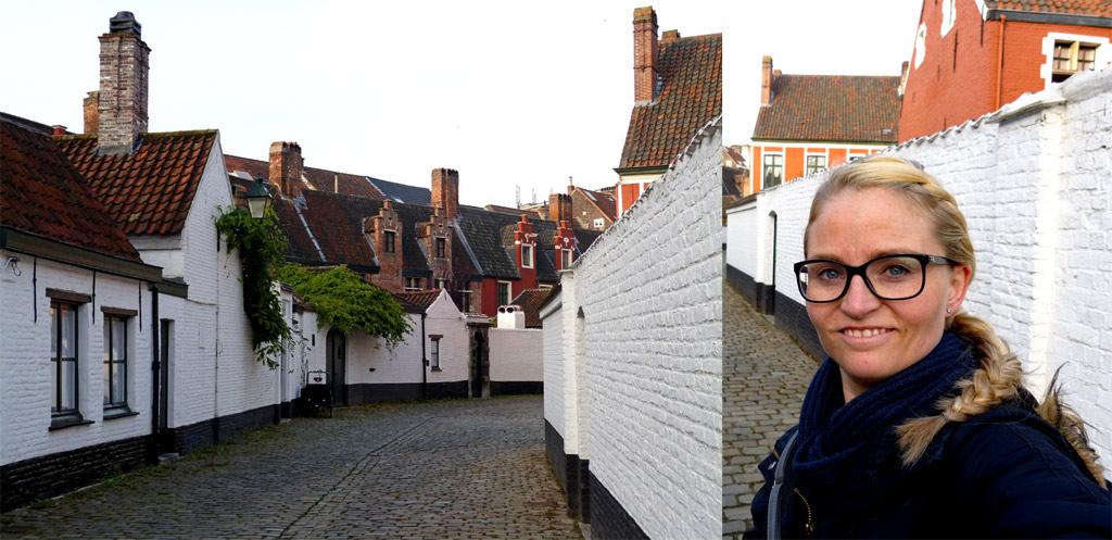 Mädchen steht vor weißen Häusern in Gent, Gent Sehenswürdigkeiten, Moments of Travel