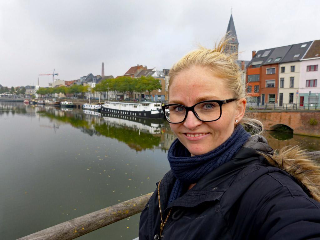 Mädchen vor bunten Häusern in Gent, Gent Sehenswürdigkeiten, Moments of Travel