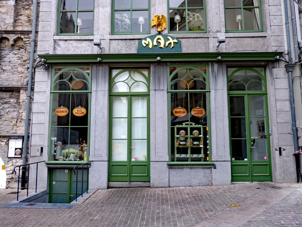 Cafe Max mit grünen Türen in Gent, Gent Sehenswürdigkeiten, Moments of Travel