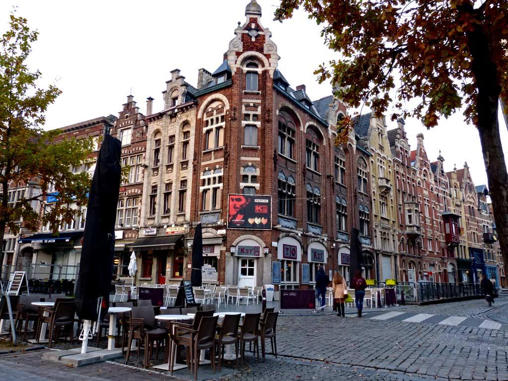 Stühle stehen vor rotem Wohhaus in Gent, Gent Sehenswürdigkeiten, Moments of Travel