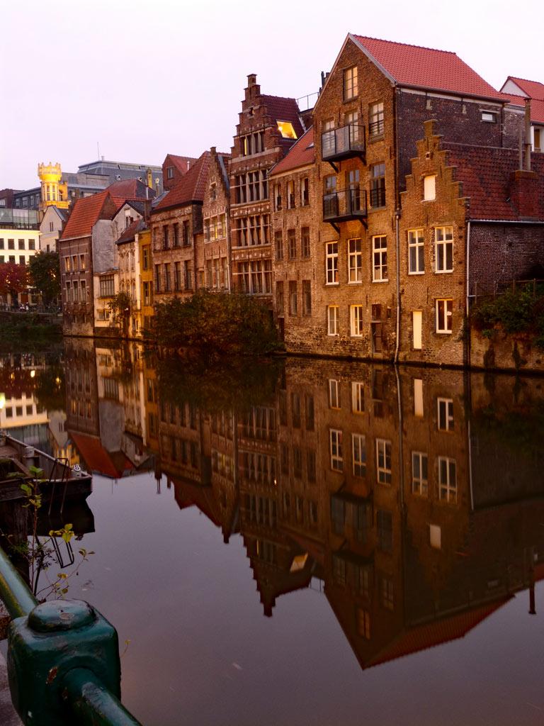 Alte Häuser am Wasser in der Abenddämmerung, Gent Sehenswürdigkeiten, Moments of Travel