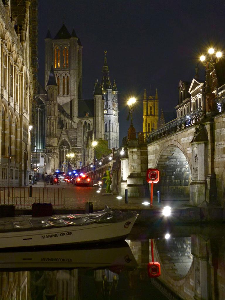Blick auf historisches Zentrum in Gent bei Nacht, Gent Sehenswürdigkeiten, Moments of Travel