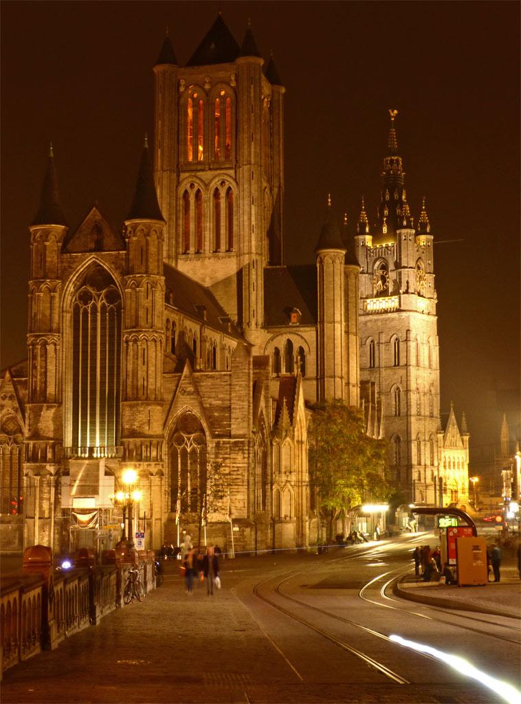 Blick auf historischen Stadtkern von Gent bei Nacht, Belfried, Gent Sehenswürdigkeiten, Moments of Travel