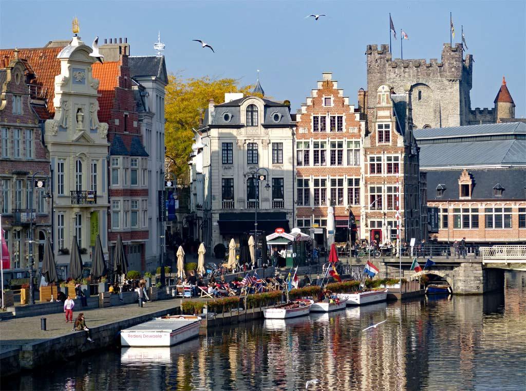 Fußgänger laufen entlang Korenlei, Graslei bei Sonnenschein in Gent, Gent Sehenswürdigkeiten, Moments of Travel