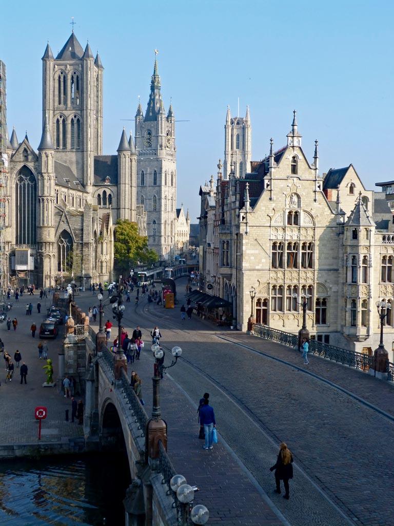 Blick auf historischen Stadtkern von Gent, Fußgänger laufen auf Brücke, Gent Sehenswürdigkeiten, Moments of Travel