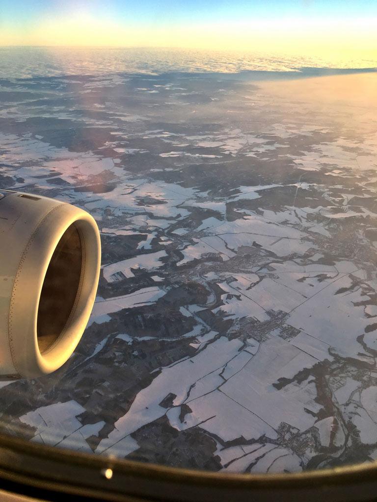 Aussicht auf die Erde aus Flugzeug - Moments of Travel