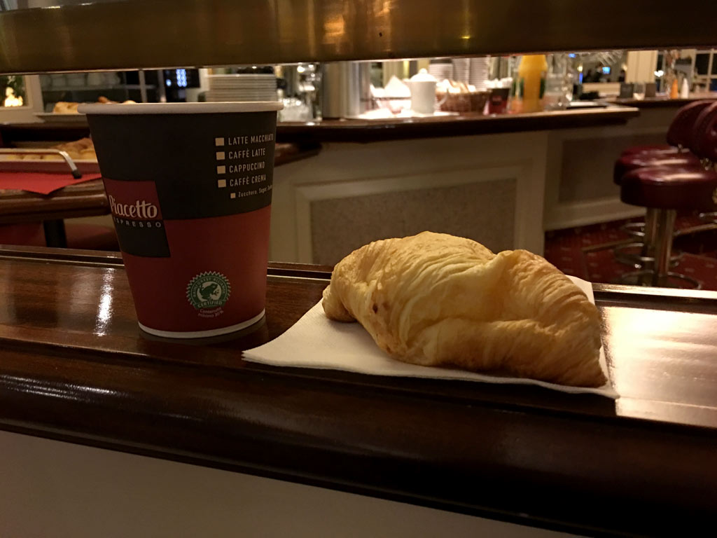 Kaffee und Croissant - Moments of Travel