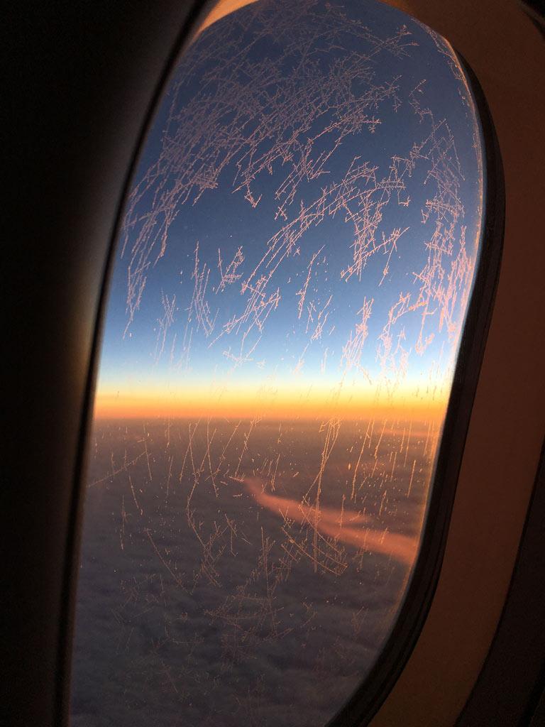 Sonnenaufgang aus Flugzeug fotografiert - Moments of Travel