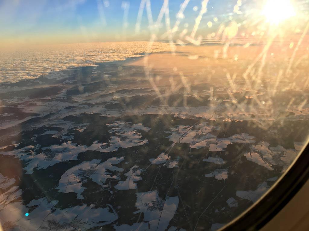 blick aus dem flugzeugfenster auf oesterreich