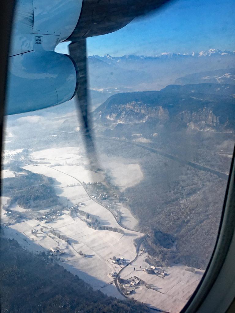 oesterreich von oben mit blick auf berge und schnee