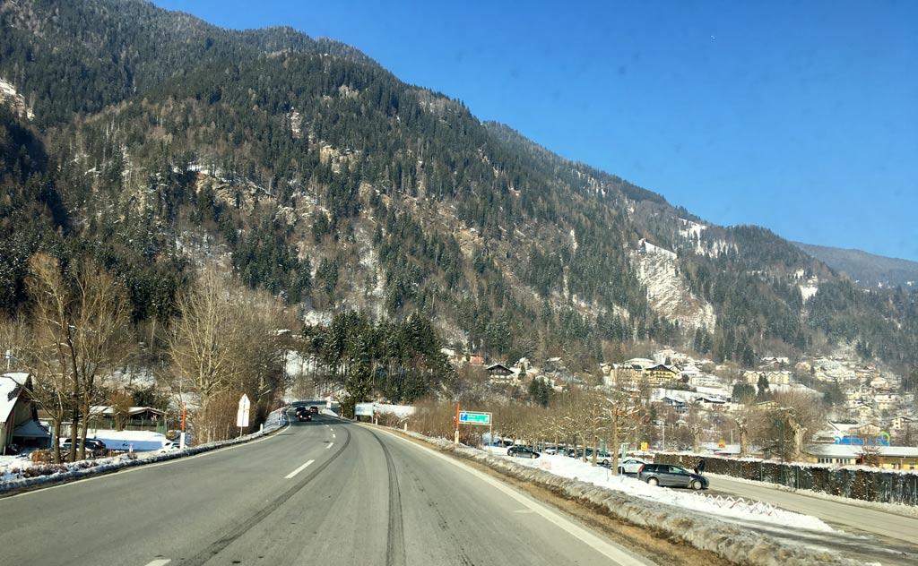 straße und berge am ossiacher see