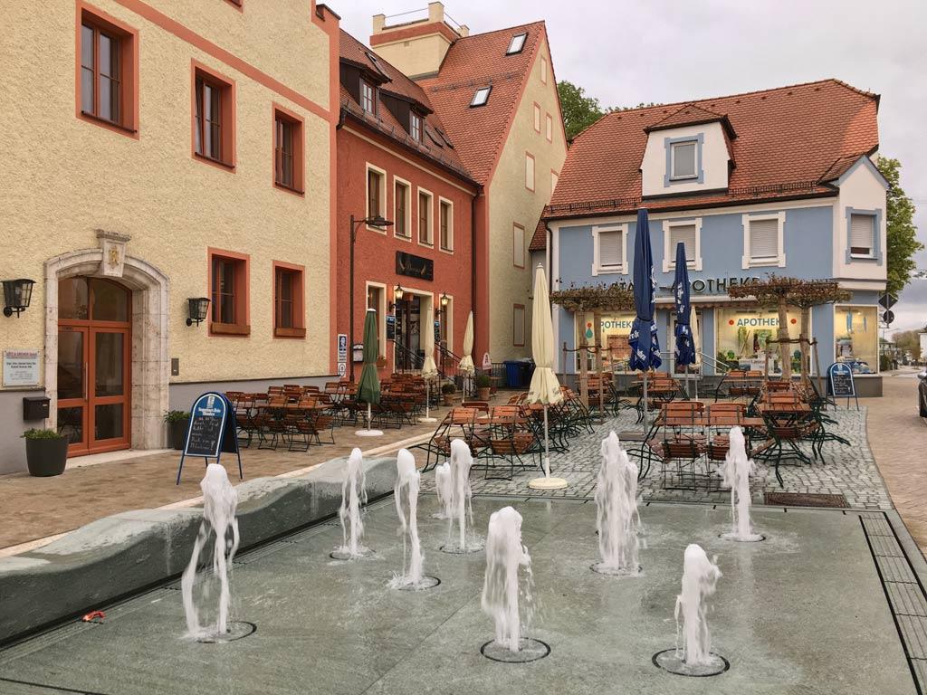 Fontänen vor bunten Häusern in Neustadt an der Donau