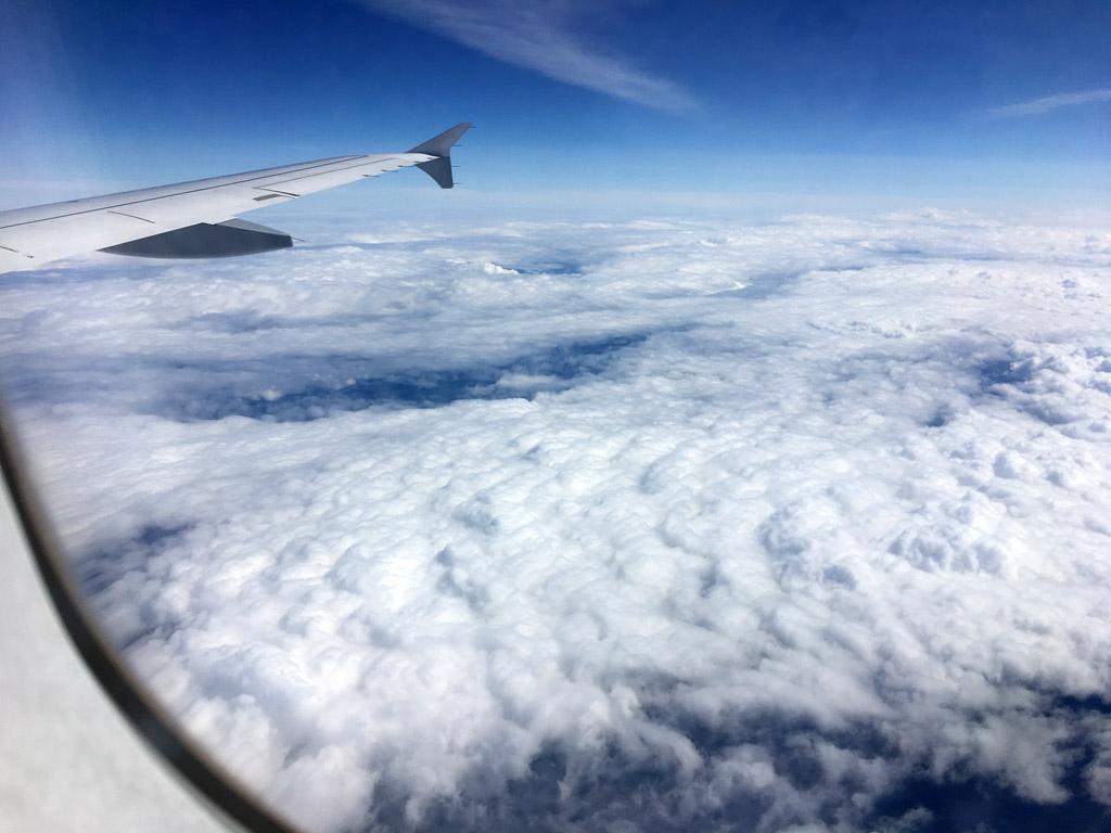 Wolkendecke aus Flugzeugfenster