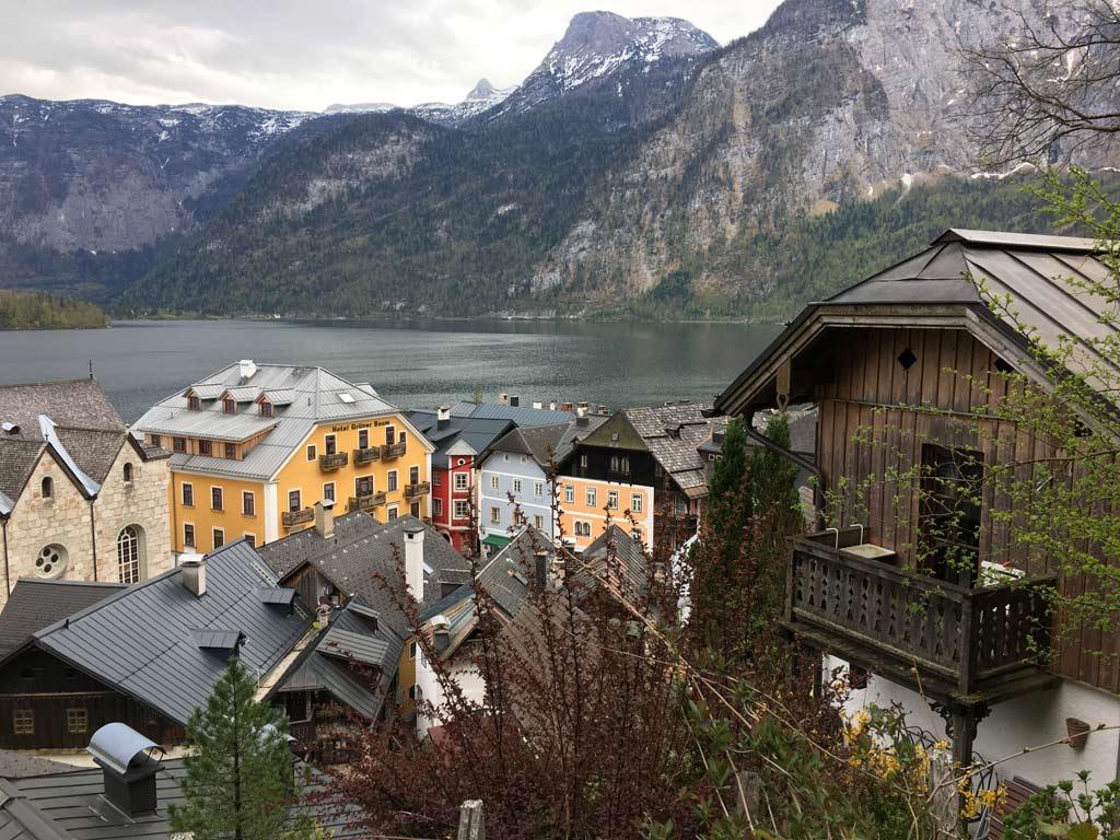 haeuser balkon berge hallstatt