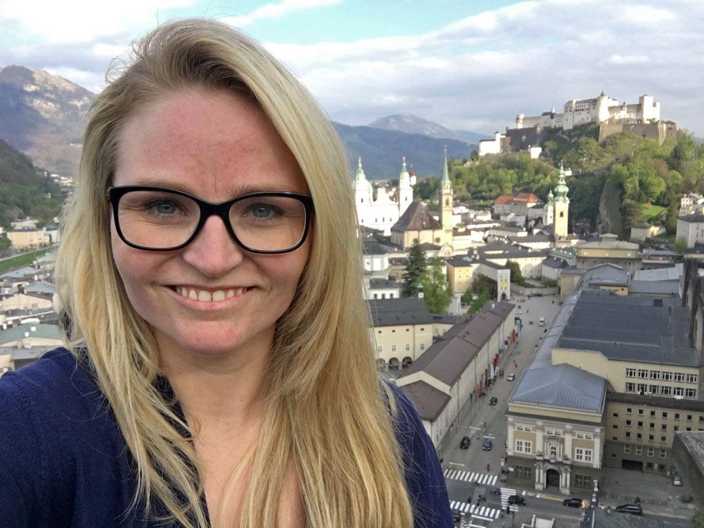 Mädchen lacht vor Festung Hohensalzburg
