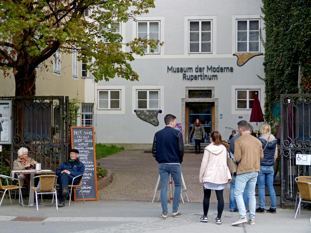 Museum Eingang Menschen DomQuartier