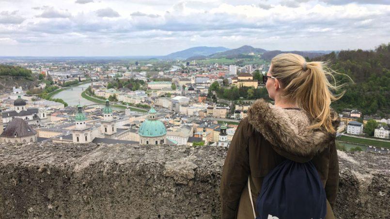 Frau blick auf Salzburg