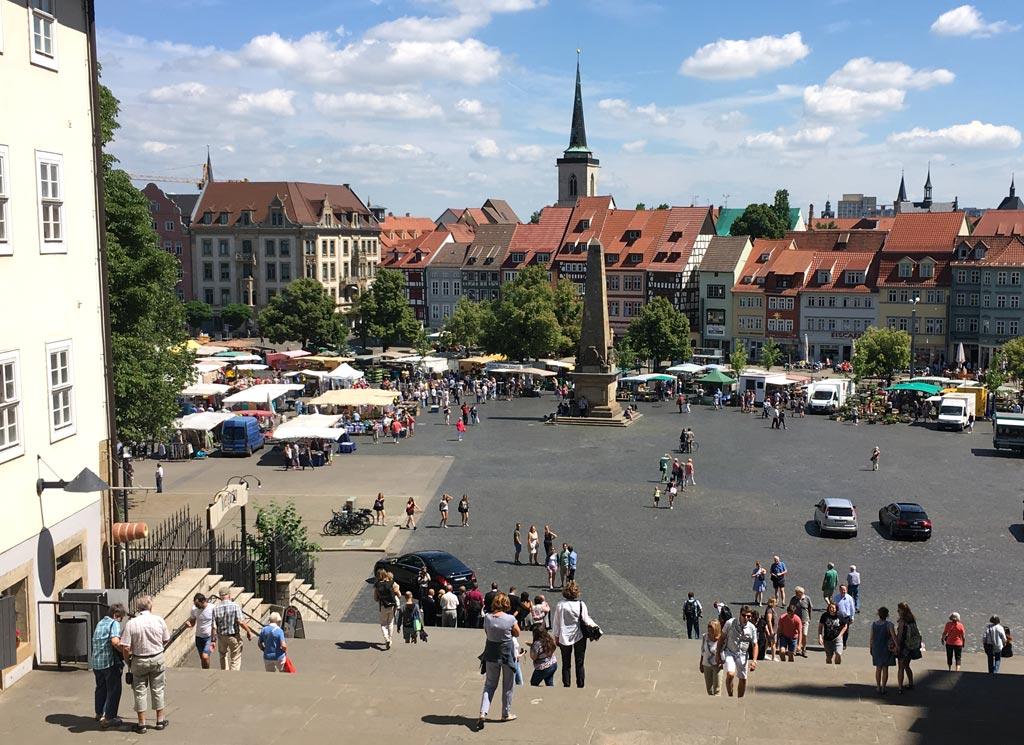 Domplatz Erfurt blauer Himmel