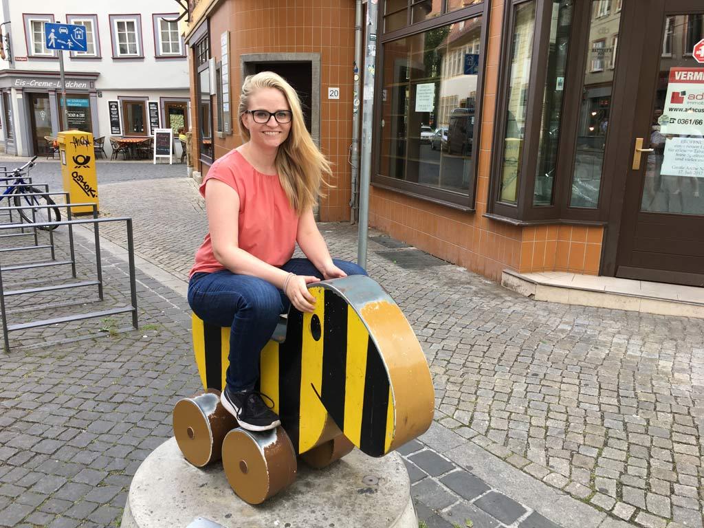 Frau sitzt auf Tigerente in Erfurt