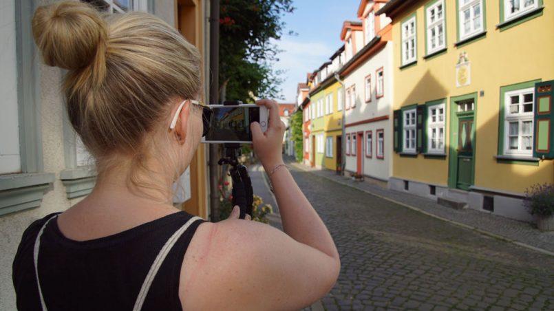 Frau bunte Häuser Erfurt