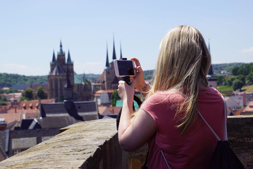 Frau fotografiert Dom Erfurt von oben