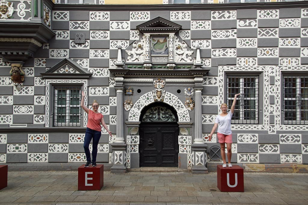 Frauen Statue Hauswand Erfurt