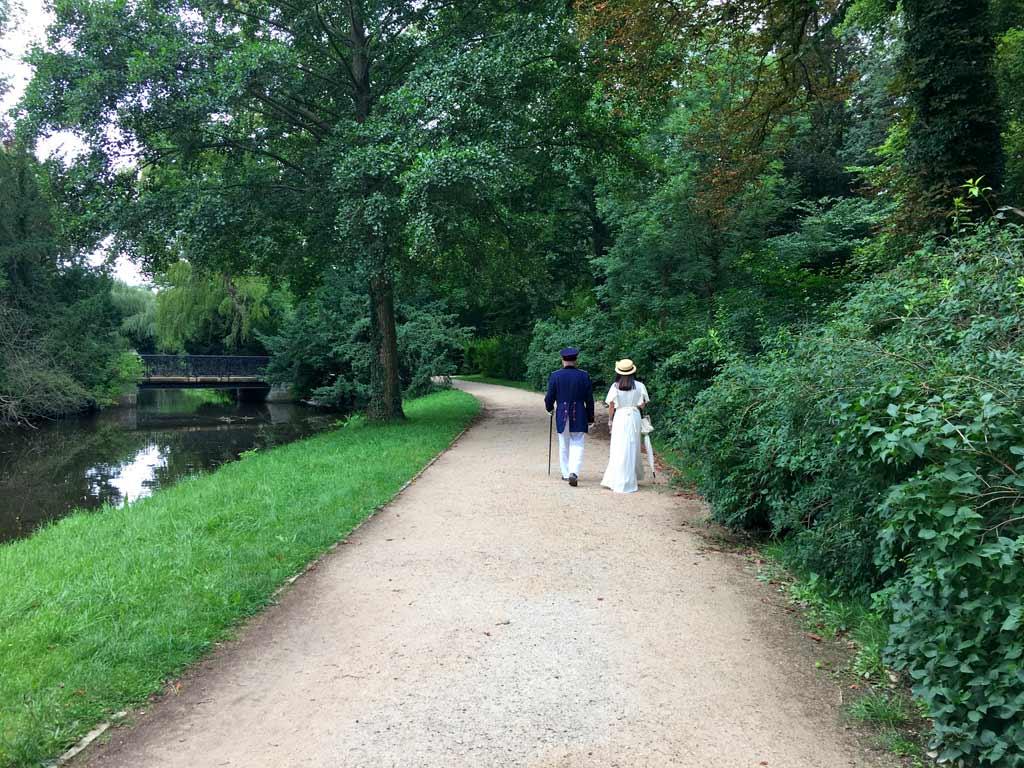 Pärchen spaziert im Potsdam Schlosspark