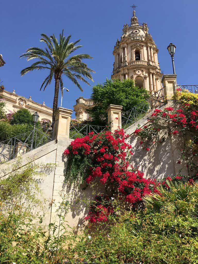 Kirche Modica Blumen bunt