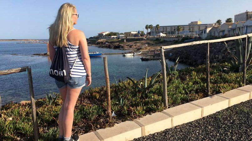 Frau am Meer mit Ausblick