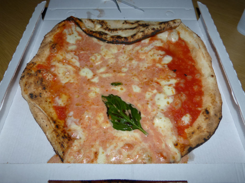 moments-of-travel-eating-pizza-margherita-in-naples