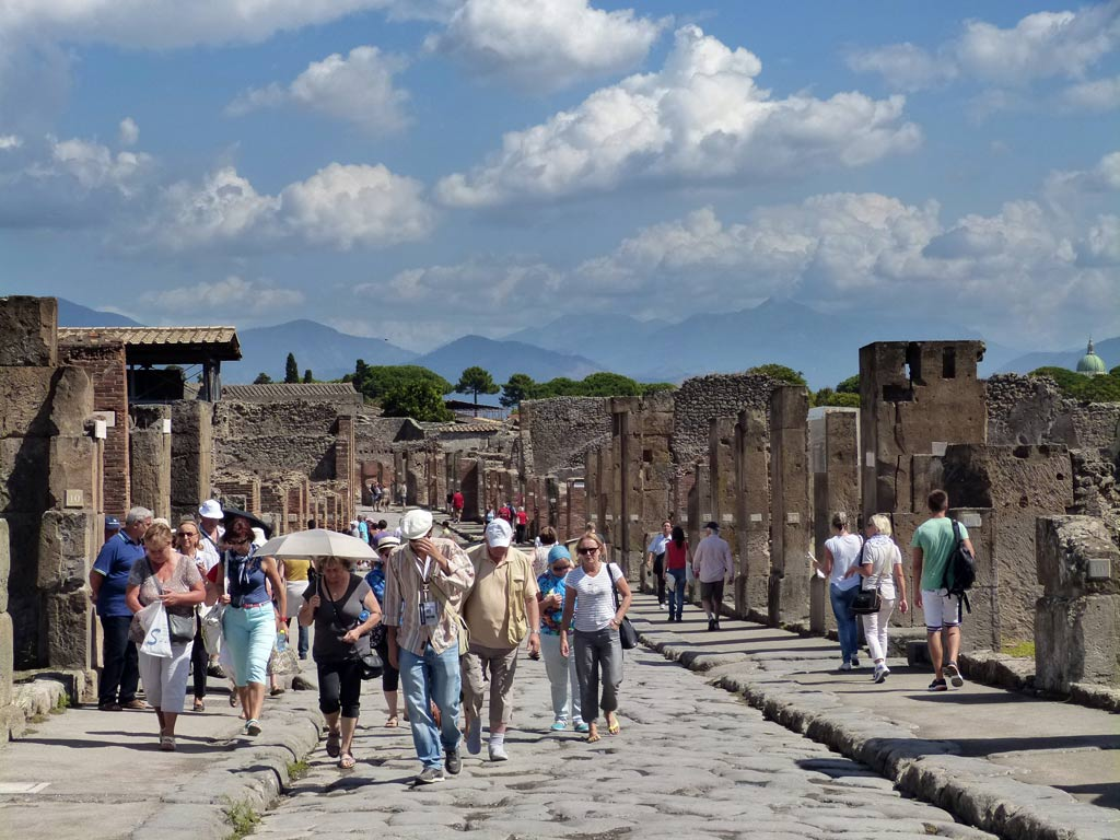 moments-of-travel-strolling-through-the-ruins-of-pompeji