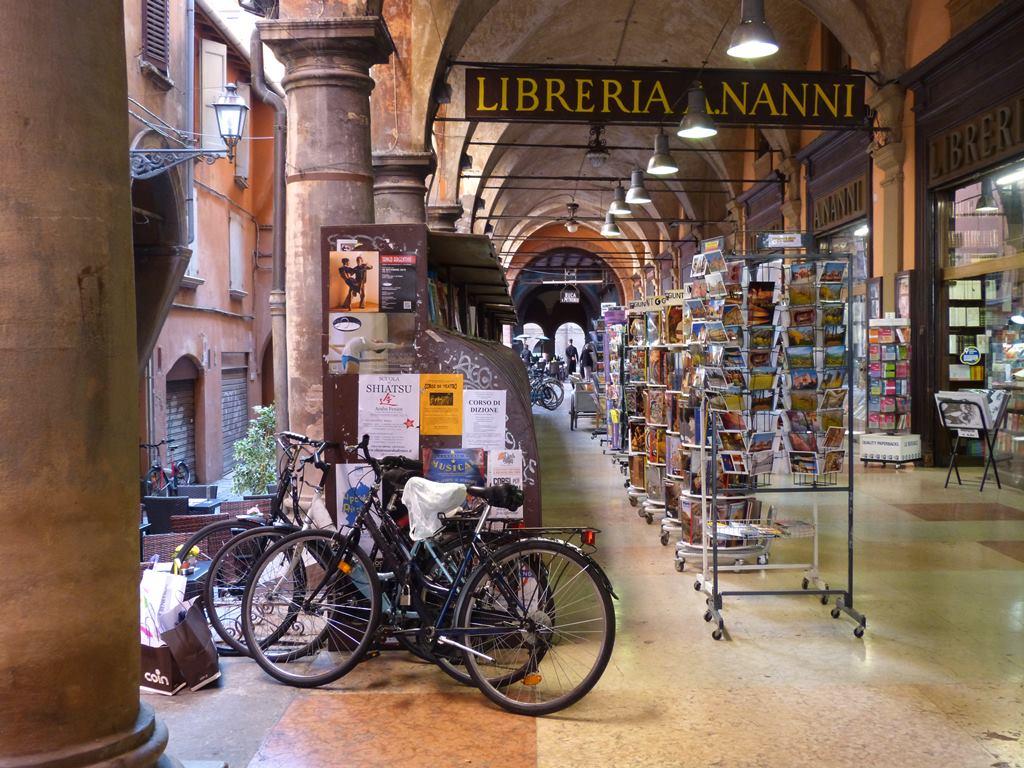Arcade-in-Bologna_02