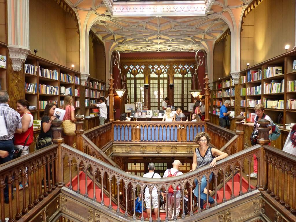 10 must dos in porto - livraria lello - momentsotravel.com