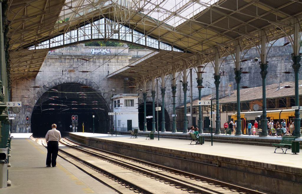 10 must dos in porto - sao bento railway station - momentsoftravel