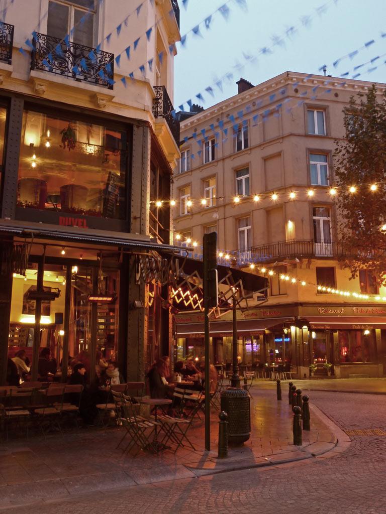 Cafe in der Abenddämmerung in Brüssel, 48 Stunden Brüssel