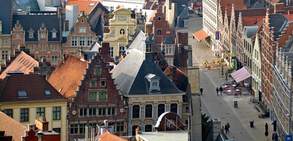 Historische Häuser in Gent und Fußgänger laufen Straße entlang, Gent Sehenswürdigkeiten, Moments of Travel