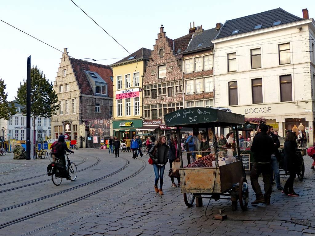 Fußgänger kaufen Snacks an Essensständen in Gent, Gent Sehenswürdigkeiten, Moments of Travel