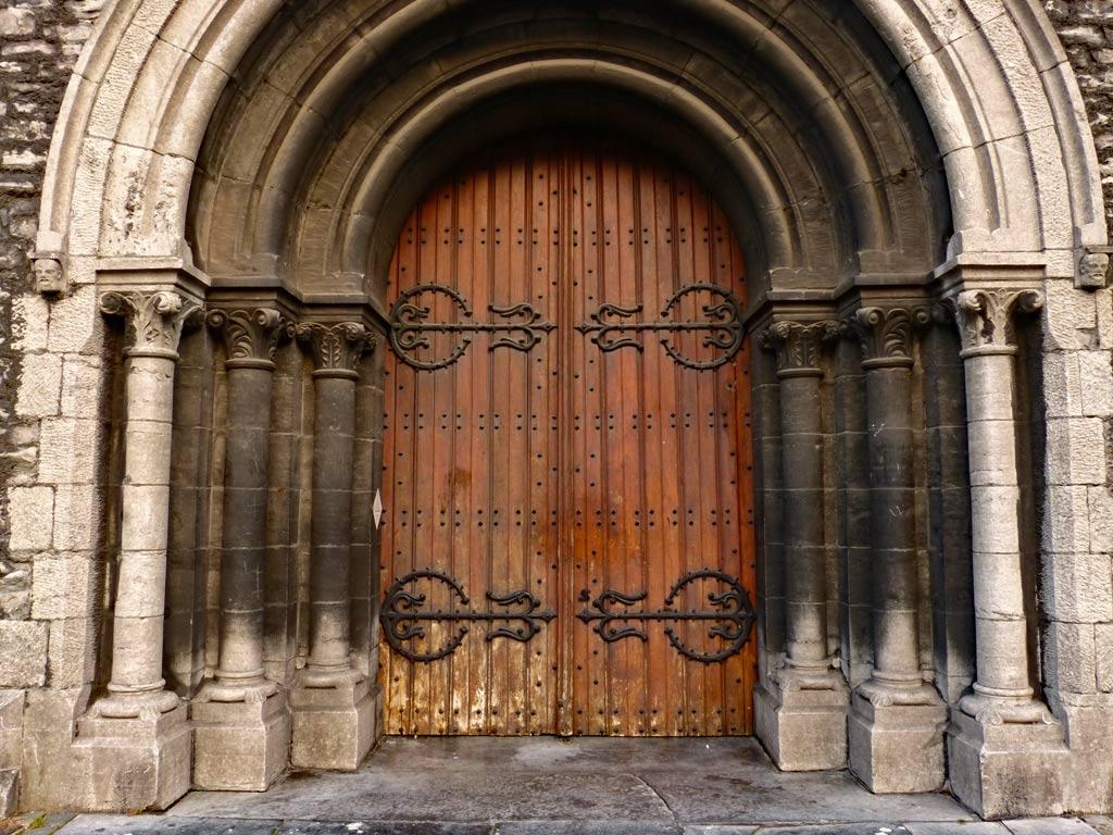 Eingang Kirche, braune Holztür in Gent, Gent Sehenswürdigkeiten, Moments of Travel