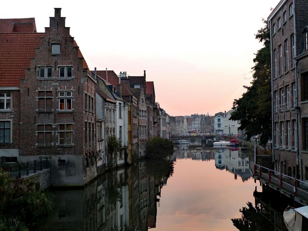 Alte Häuser am Wasser bei Sonnenuntergang, Gent Sehenswürdigkeiten, Moments of Travel
