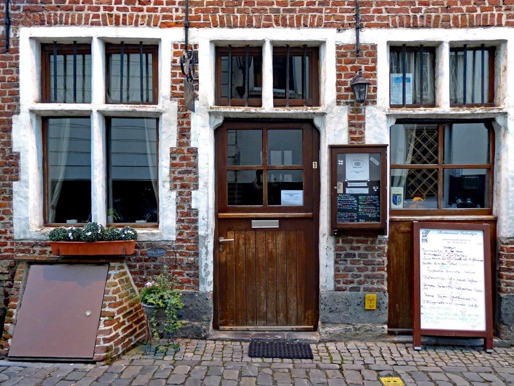 Holztür und Hausfassade in Gent, Gent Sehenswürdigkeiten, Moments of Travel