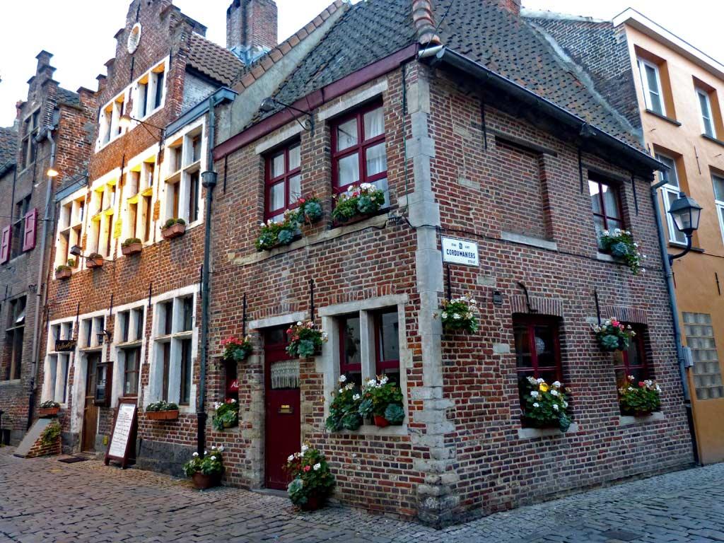 Eckhaus mit Pflanzen in Gent, Gent Sehenswürdigkeiten, Moments of Travel
