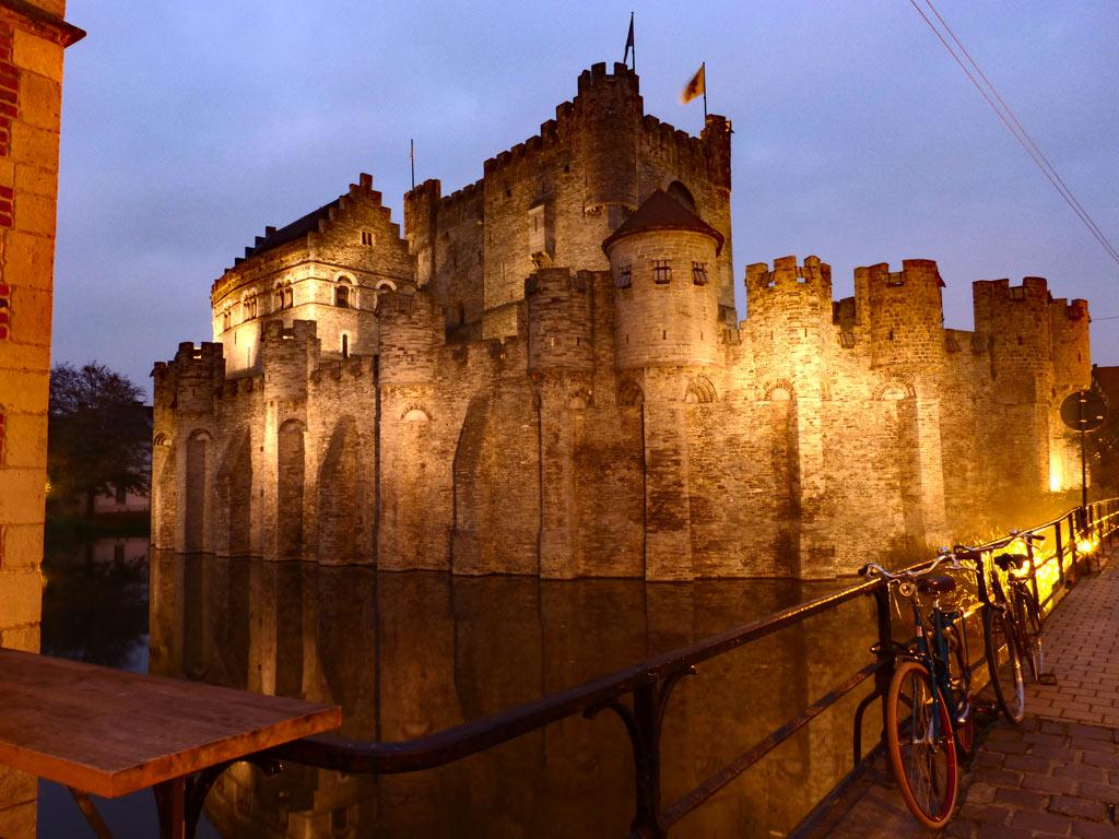 Gravensteen mit Wassergraben. Burg in der Nacht, Gent Sehenswürdigkeiten, Moments of Travel