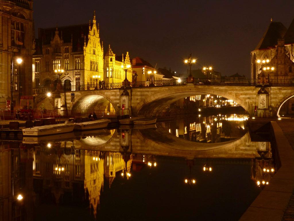 Brücke bei Nacht mit Wasserreflexionen, Gent Sehenswürdigkeiten, Moments of Travel