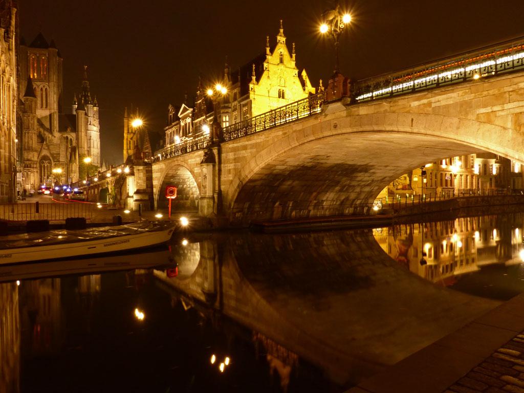 Blick auf Brücke bei Nacht in Gent, Gent Sehenswürdigkeiten, Moments of Travel