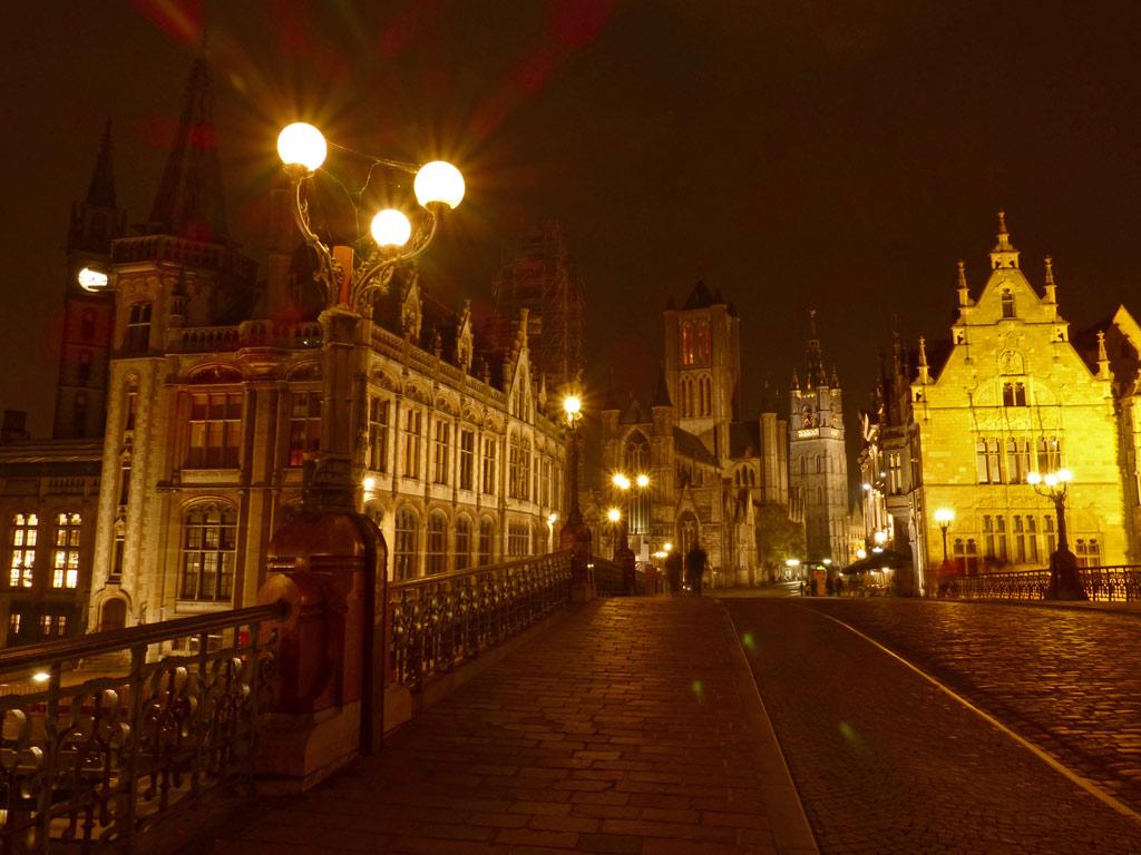 Blick auf historischen Stadtkern von Gent bei Nacht, Gent Sehenswürdigkeiten, Moments of Travel