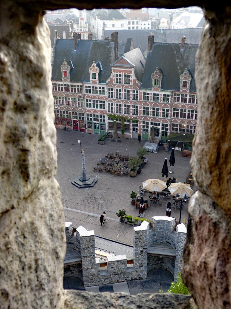 Blick auf historischen Marktplatz mit Menschen in Gent, Gent Sehenswürdigkeiten, Moments of Travel