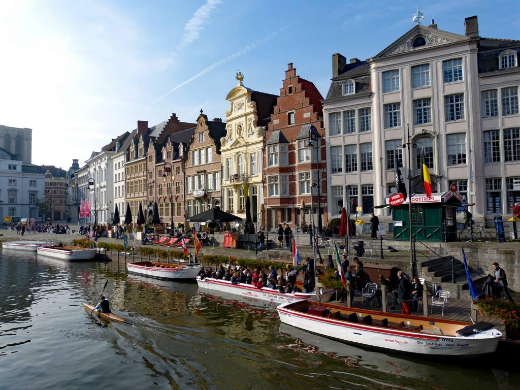 Boote auf dem Wasser vor Häuser an Korenlei, Graslei in Gent, Gent Sehenswürdigkeiten, Moments of Travel
