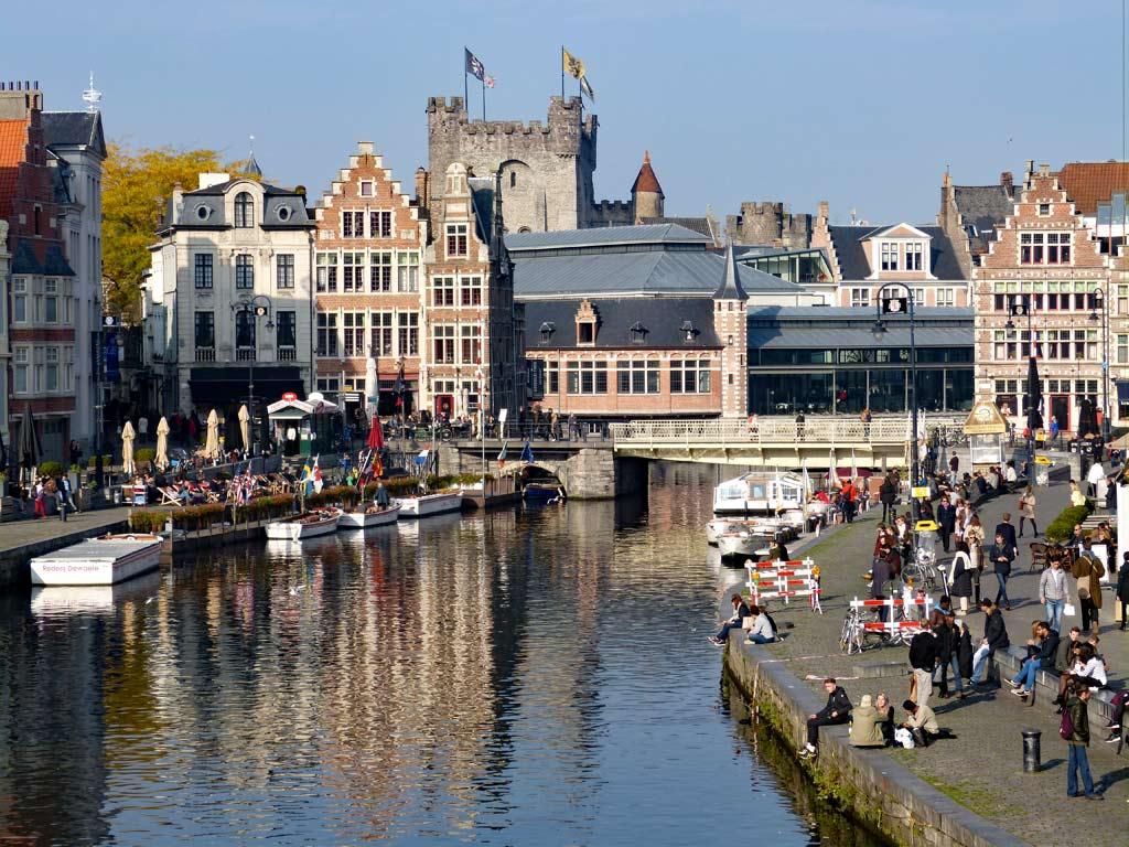 Blick auf Graslei, Korenlei bei Sonnenschein, Gent Sehenswürdigkeiten, Moments of Travel