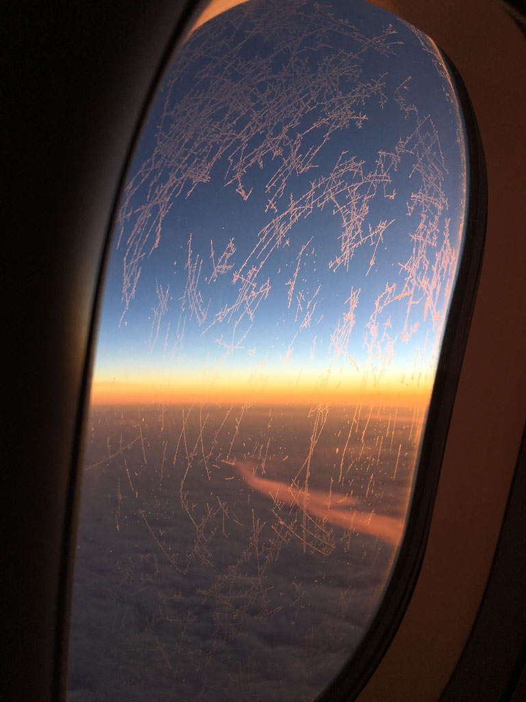 Sonnenaufgang aus Flugzeug fotografiert - Moments of Travel