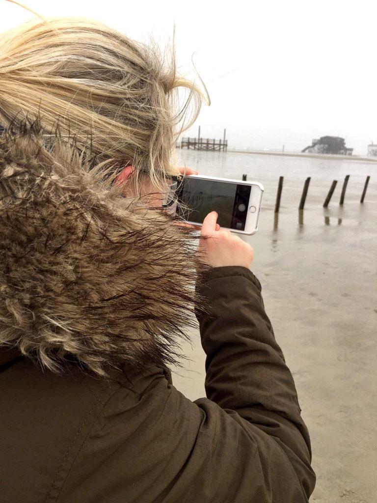 Mädchen Smartphone St. Peter-Ording